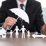 Versicherungsmakler beschützt Familie